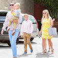 Reese Witherspoon et ses enfants ainsi que son mari lors du dimanche de Pâques se rend à l'église en famille, à Venice, Los Angeles, le 5 avril 2015