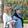 Antonio Banderas et sa compagne Nicole Kimpel quittent un restaurant à Marbella le 5 avril 2015.