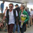 Laeticia Hallyday de retour à Los Angeles le 13 mars 2015. Johnny Hallyday l'attendait à l'aéroport avec un bouquet de roses. La jeune femme venait de passer quelques jours à Paris et Gstaad.