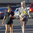 Exclusif - Ireland Baldwin va dans une animalerie à Los Angeles, le 1er avril 2015
