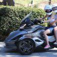 """Miley Cyrus fait de la moto """"Cam-Am 3"""" avec sa soeur Noah à Beverly Hills, le 15 septembre 2014."""