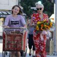 Miley Cyrus et sa soeur Noah vont faire des courses à Los Angeles, le 29 juin 2014. Miley porte son nouveau petit chien Emu dans ses bras.