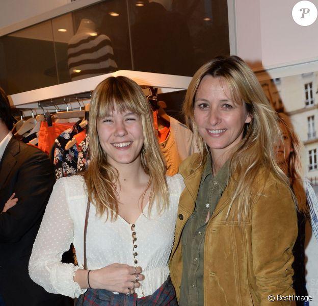 Sarah Lavoine et sa fille Yasmine lors de l'inauguration du nouveau design éphémère de la boutique Comptoir des cotonniers de Saint-Sulpice à Paris, le 9 avril 2015