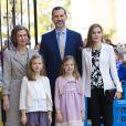 La reine Sofia, le roi Felipe et la reine Letizia d'Espagne avec les princesses Leonor et Sofia lors de la messe de Pâques à Majorque le 5 avril 2015
