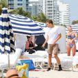 Lilly Becker, l'épouse de Boris Becker, profitait du soleil et de la plage de l'hôtel Marriott de Miami avec son fils Amadeus, le 12 avril 2015