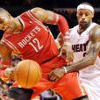 LeBron James du Heat de Miami face à Dwight Howard des Rockets de Houston, à l'AmericanAirlines Arena de Miami, le 16 mars 2014