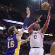 Dwight Howard des Houston Rockets face à Pau Gasol des Lakers de Los Angeles, à Houston le 8 janvier 2014