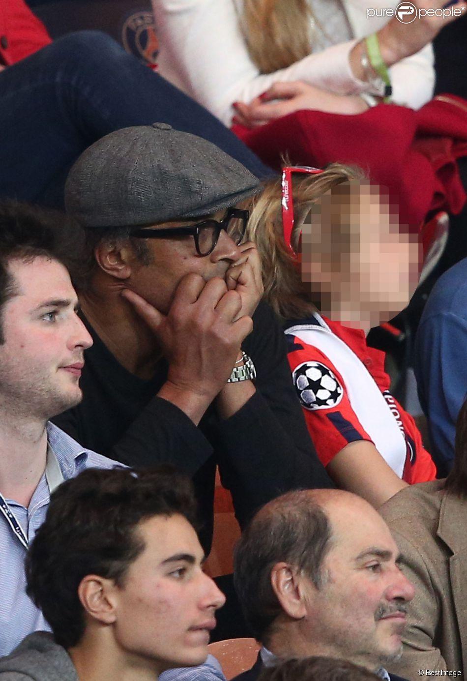 Yannick Noah et son fils Joalukas lors de la rencontre entre le Paris Saint-Germain et le FC Barcelone en quart de finale de la Ligue des champions, le 15 avril 2015 au Parc des Princes à Paris