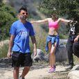 Semi-exclusif - La chanteuse américaine Miley Cyrus fait de la randonnée avec des amis à Los Angeles, le 16 avril 2015.