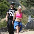 Semi-exclusif - Miley Cyrus fait de la randonnée avec des amis à Los Angeles, le 16 avril 2015