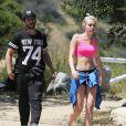Semi-exclusif - La chanteuse Miley Cyrus fait de la randonnée avec des amis à Los Angeles, le 16 avril 2015.
