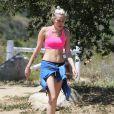 Semi-exclusif - L'américaine Miley Cyrus fait de la randonnée avec des amis à Los Angeles, le 16 avril 2015.