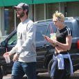 Patrick Schwarzenegger et sa petite amie Miley Cyrus sont allés déjeuner à Sherman Oaks, le 2 avril 2015