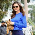 Miranda Kerr pose lors d'un shooting à Santa Monica, le 5 février 2015. Miranda a pris un petit chien dans ses bras lors de sa pause!
