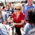 Pamela Anderson, accompagnée Joe Arpaio (shérif du comté de Maricopa) et Dan Matthews (Vice-président de Peta), sert des déjeuners dans une prison dans le cadre d'une campagne pour supprimer la nourriture à base de viande danc cette prison où toute la nourriture sera végétarienne. Le 15 avril 2015