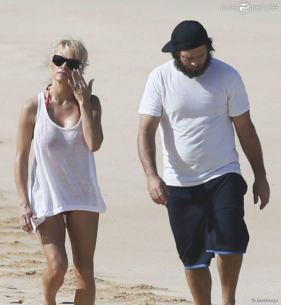Pamela Anderson et son mari Rick Salomon passent une journée sur une plage à Hawaii Le 27 décembre 2014