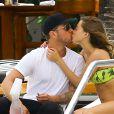Ryan Phillippe et sa petite amie Paulina Slagter en vacances au bord de la piscine à Miami le 11 juin 2014.