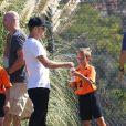 Ryan Phillippe regarde son fils Deacon jouer au football avec sa petite amie Paulina Slagter a Brentwood le 3 Novembre 2012.