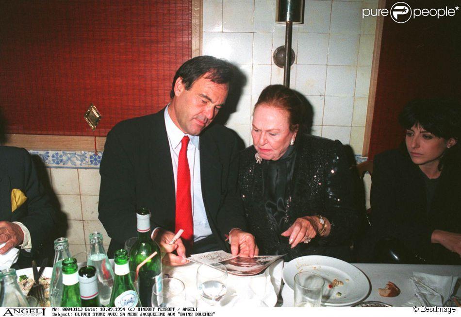 Jacqueline Stone (née Goddet) avec son fils Oliver Stone à Paris en 1994.