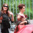 Carla Bruni et Marine Delterme sur un tournage, en 1999 à Paris.
