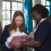 Chelsea Clinton : La jeune maman parcourt l'Afrique avec Bill