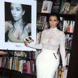 """Kim Kardashian en séance de dédicaces de son livre """"Selfish"""" à la librairie Barnes & Noble de la 5th Avenue. New York, le 5 mai 2015."""