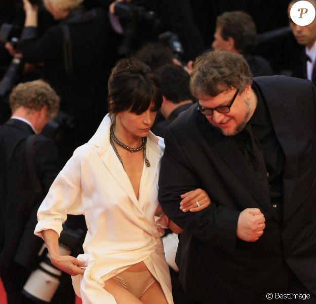 Exclusif - Sophie Marceau a encore eu un souci sur le tapis rouge du Festival de Cannes le 14 mai 2015.