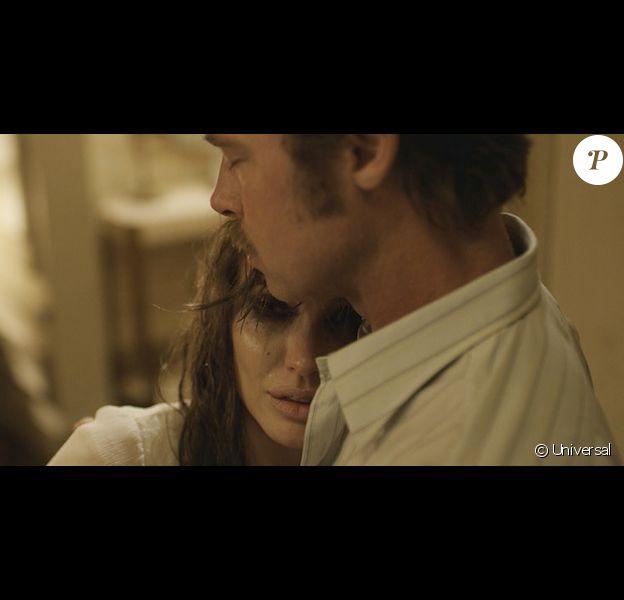 Angelina Jolie et Brad Pitt dans une nouvelle image de By The Sea. Le film sortira aux USA le 13 novembre 2015.