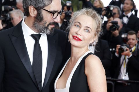 Emmanuelle Béart, in love, officialise à Cannes devant Marie Gillain très sexy
