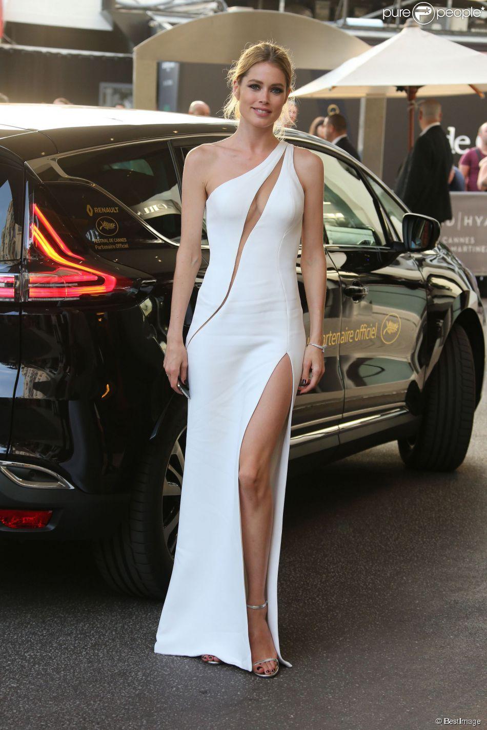 Doutzen kroes habill e d 39 une robe haute couture atelier for Robes blanches simples pour le mariage de palais de justice