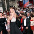 Sophie Marceau, rattrapant sa bretelle, lors du 58e Festival de Cannes en 2005