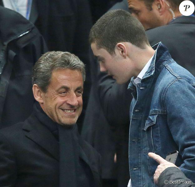 Nicolas Sarkozy et son fils Louis - People lors de la finale de football de la Coupe de la Ligue, PSG - Lyon (2-1), au Stade de France à Paris. Le 19 avril 2014.
