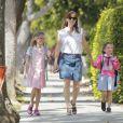 """"""" Jennifer Garner accompagne ses filles Violet et Seraphina à l'école. Santa Monica, le 20 mai 2015  """""""