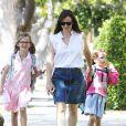 """"""" Jennifer Garner se promène avec ses filles Seraphina et Violet dans les rues de Brentwood, le 19 mai 2015  """""""