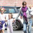 """"""" Jennifer Garner emmène ses enfants Seraphina, Violet et Samuel chez le dentiste à Brentwood. Les 2 petites filles ont une coiffure très spéciale! le 18 mai 2015  """""""