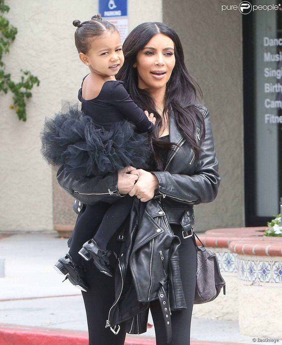 Kim Kardashian et Kourtney Kardashian emmènent leurs filles North et Penelope à leur cours de danse à Tarzana. La petite North est habillée comme sa maman. Le 21 mai 2015