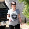 Exclusif - Jennifer Love Hewitt enceinte se promène à Santa Monica, le 9 avril 2015.