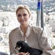 La princesse Charlene de Monaco accompagnée de son petit chien Monte, lors de sa visite aux spectateurs de la tribune de l'association monégasque des handicapés moteur, lors des essais du Grand Prix de Monaco le 23 mai 2015