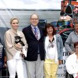 Le prince Albert II de Monaco, son épouse la princesse Charlene accompagnée, tout sourire, lors de leur visite aux spectateurs de la tribune de l'association monégasque des handicapés moteur, lors des essais du Grand Prix de Monaco le 23 mai 2015