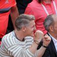 Le footballeur Bastian Schweinsteiger encourage sa compagne, la tenniswoman serbe Ana Ivanovic, qui a remporté son match en 3 sets face à Misaki Doi à Roland-Garros à Paris le 27 mai 2015.