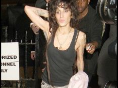 REPORTAGE PHOTOS : Amy Winehouse : 1ère sortie depuis des semaines, et ça va pas mieux !