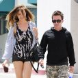 David Faustino et sa petite amie dans les rues de West Hollywood, le 23 mai 2013  David Faustino grabs lunch with his much taller girlfriend in West Hollywood, California on May 23, 201323/05/2013 - WEST HOLLYWOOD