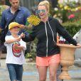 Britney Spears se rend dans un magasin Home Depot à Los Angeles, accompagnée de ses enfants Sean Preston et Jayden James, le jeudi 4 juin 2015.