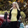 Exclusif - Michael Lohan, le pere de Lindsay, se promene avec son fils Landon pendant que sa petite-amie Kate Major fait quelques courses pres de leur maison a Delray Beach, le 6 octobre 2013.
