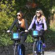 Lindsay Lohan et sa mere Dina se promenent a velo dans les rues de New York. Le 8 octobre 2013