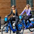 Lindsay Lohan fait du vélo avec sa mère Dina a New York, le 8 octobre 2013.