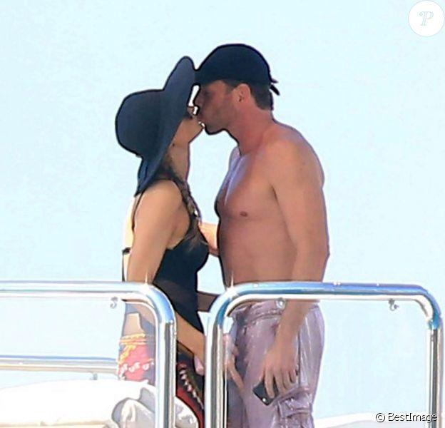 Paris Hilton embrasse son boyfriend Hans Thomas Gross, à Formentera, le 9 juin 2015.