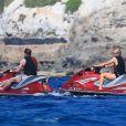Paris Hilton fait du jet-ski à Formentera avec son boyfriend Hans Thomas Gross, le 9 juin 2015.