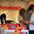 Kevin Richardson des Backstreet Boy et sa femme Kristin font des achats dans la boutique Havaianas avant d'aller admirer la vue de Rio de Janeiro, le 11 juin 2015