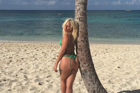 Lady Gaga torride en bikini au Bahamas : elle se met au selfesse